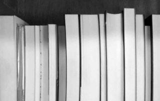 prateleira com livros